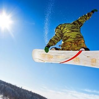 Snowboarder salto