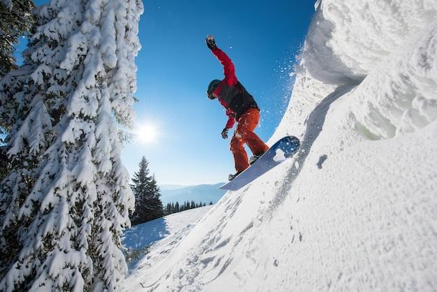 Сноубордист на склоне зимним вечером