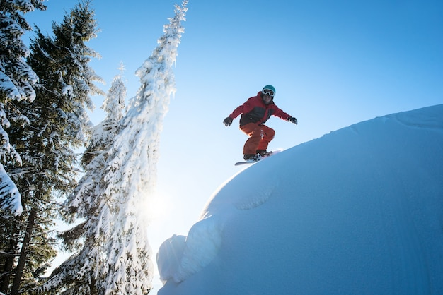 危険な斜面のスノーボーダー