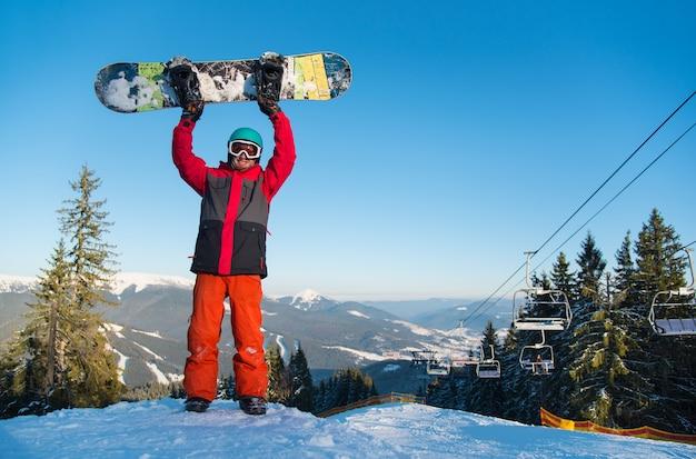 山の頂上のスノーボーダー