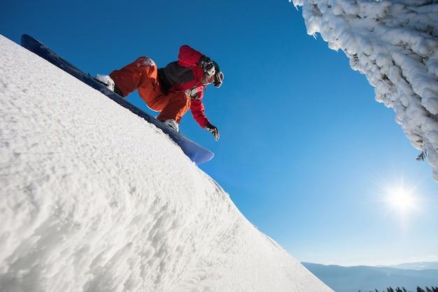 下り坂に乗るスノーボーダー