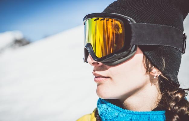Сноубордист, наблюдая пейзаж