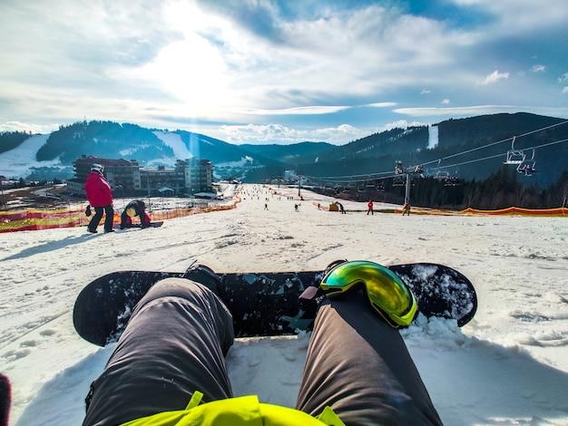 コピースペースをスキーで滑る丘の上に座っているスノーボードのコンセプト