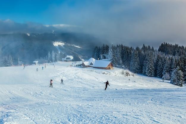ブコベルでのスノーボード。ウクライナのカルパティア山脈でのスキーとスノーボード。