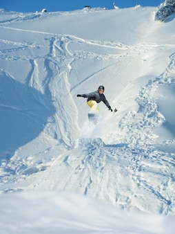 スノーボード。マウンテンスキーヤーがジャンプします。たくさんのコピースペース