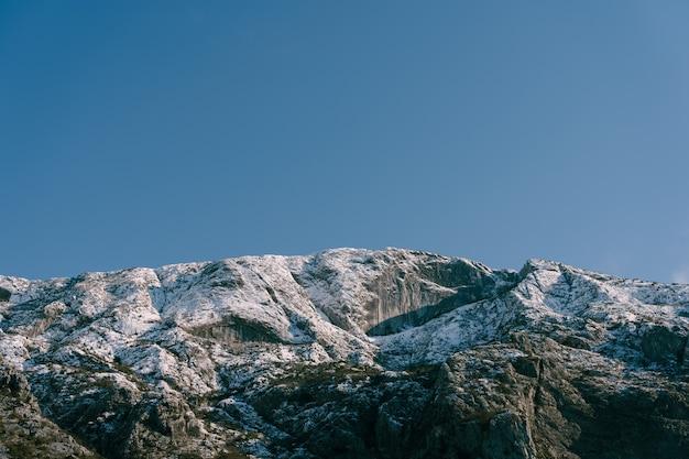 コトル湾のモンテネグロのボカコトルスカ冬の雪をかぶった山頂