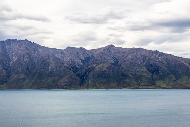 Заснеженные горы на берегу озера хавеа южный остров новая зеландия