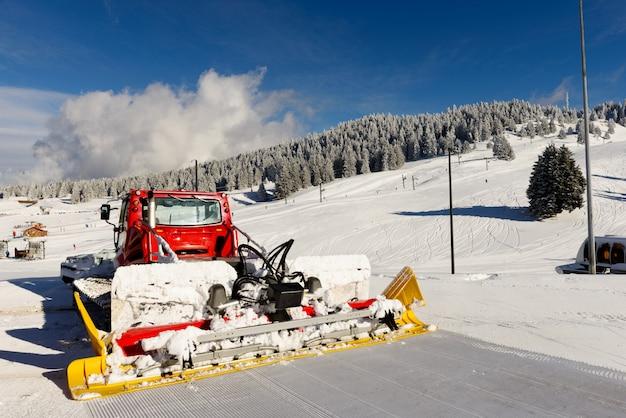 Snowcat machine for snow removal