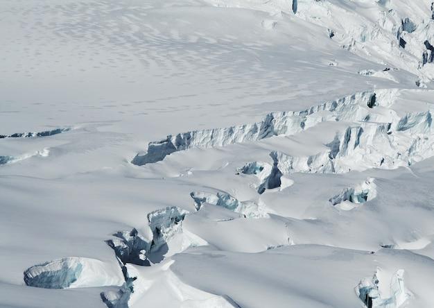 Заснеженный ледник в высоких кордильерах