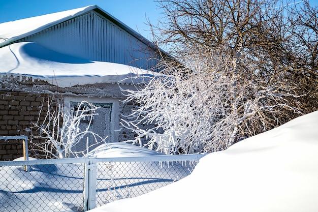 폭풍 눈 덮인 행진 후 눈 덮인 집