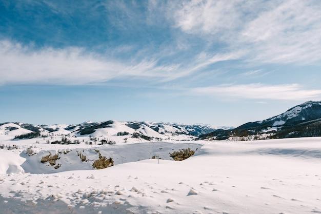 ジャブリャクの雪に覆われた山頂はモンテネグロのドゥルミトル国立公園です