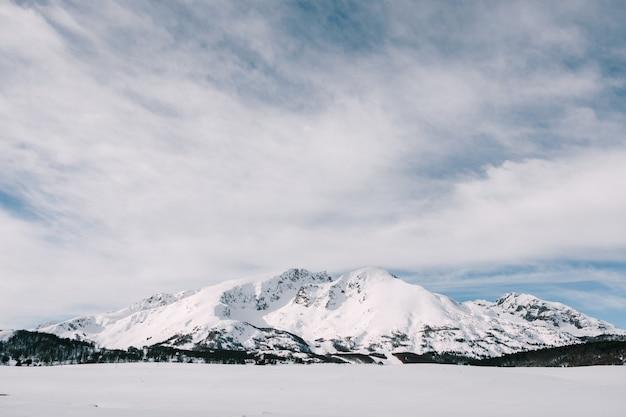 Заснеженные горные вершины в жабляке - национальный парк дурмитор в черногории