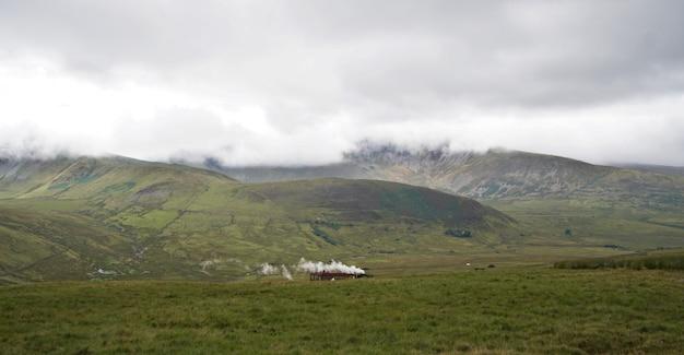 Поезд сноудон в национальном парке снодония в уэльсе, великобритания