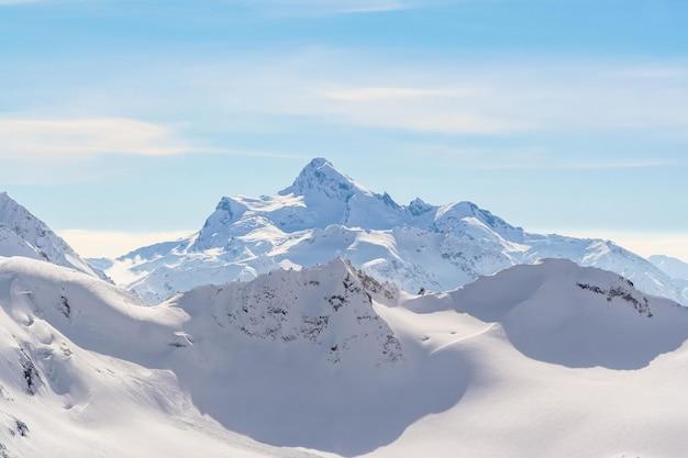 スキーヤーを見越してコーカサスの雪山ピーク