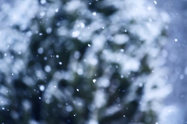 降雪の背景。吹雪。冬のオーバーレイテクスチャ。