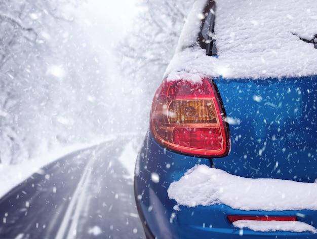겨울 눈 덮인 날에 자동차와 함께 숲길에 강설량