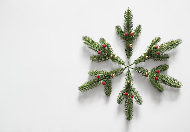 松のクリスマスツリーの枝で作られたスノーフレーク
