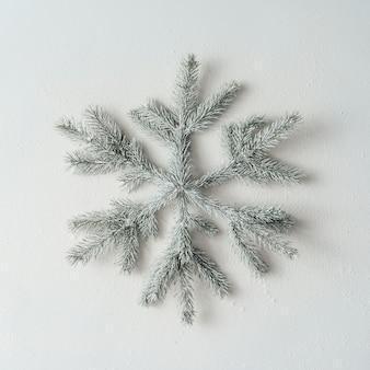 눈송이 크리스마스 나무 가지로 만든. 평평하다. 겨울 개념.