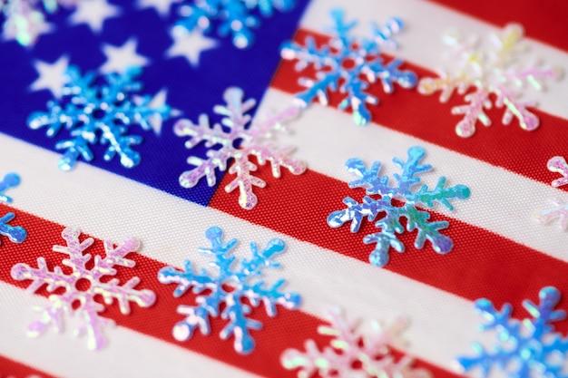 Снежинки на флаге сша. американская зима. прогноз погоды: снегопад или снежная буря в соединенных штатах америки.