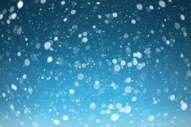 青い空に雪が降る