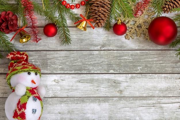 コピースペースで雪だるまとクリスマスの装飾