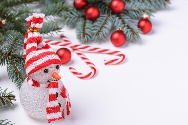 Снеговик и новогоднее украшение