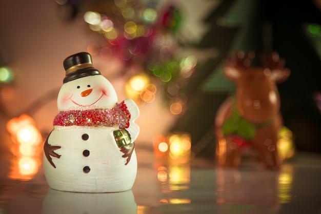 雪だるまとオーナメントのクリスマスアイテムが静かな夜を飾ります。