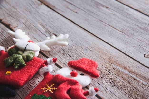 木製の背景に雪だるまとトナカイの装飾。スペースをコピーします。セレクティブフォーカス。