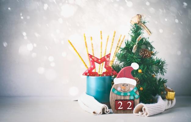 新年とクリスマスツリーの数を持つ雪だるま