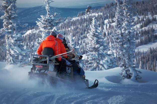Езда на снегоходе в замороженном лесу