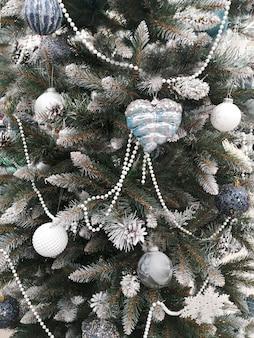 크리스마스 공 및 갈 랜드와 크리스마스 트리의 snowwhite 지점