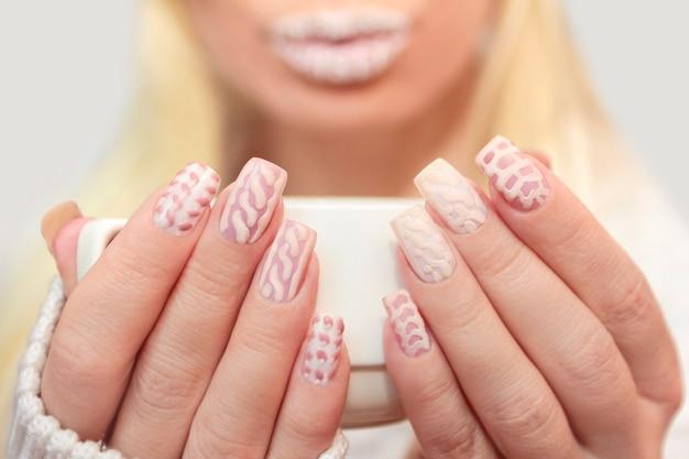 Белоснежный дизайн ногтей и губ
