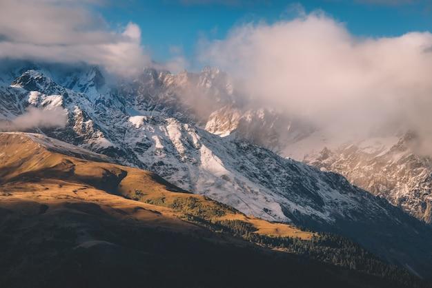 Снежные и туманные горы