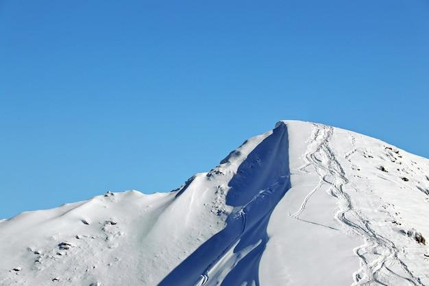 雪に覆われたコーカサス山脈の頂上と澄んだ青い空