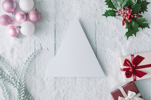 종이 카드 메모와 새 해 선물 상자 눈 덮인 크리스마스 구성. 평평하다. 평면도.