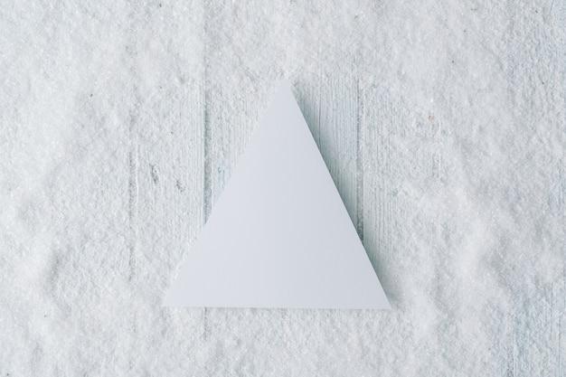 종이 카드 메모와 함께 눈 덮인 크리스마스 구성입니다. 평평하다. 평면도.