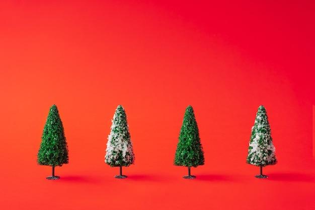 빨간색에 눈 덮인 크리스마스 트리입니다. 최소한의 새해 개념.