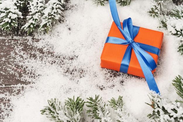 나무 테이블에 크리스마스 선물 설 구성