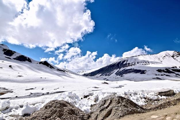ダーティロードのある雪に覆われた丘