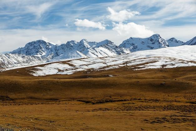 雪に覆われた山頂。キルギスタンのビシュケクオッシュ高速道路、アラベル峠