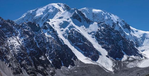 晴れた日に雪山の頂上
