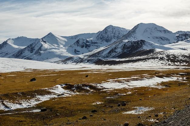 アラベル峠、ビシュケ・オシュ高速道路、m41、キルギスタンの雪に覆われた山の頂上