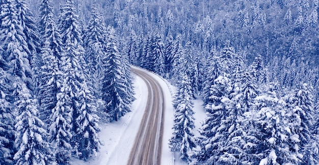 눈 덮인 산길과 숲, 무인 항공기 보기. 눈 덮인 산길과 숲, 무인 항공기 보기. 멋진 겨울 풍경입니다.