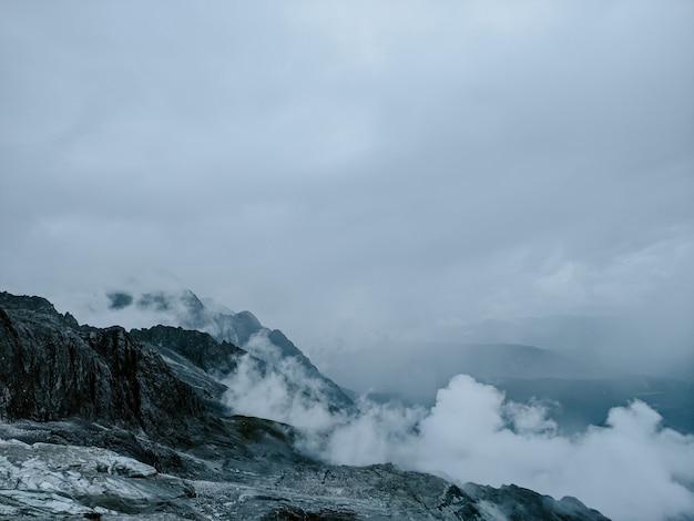 흐린 하늘 아래 눈 덮인 산