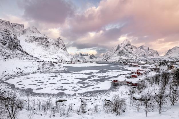 겨울에 눈 덮인 산