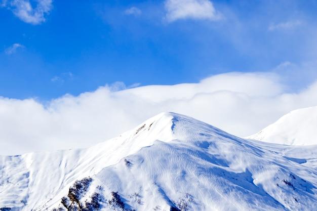 Пейзаж снежных гор в гудаури, грузия. солнечный день.