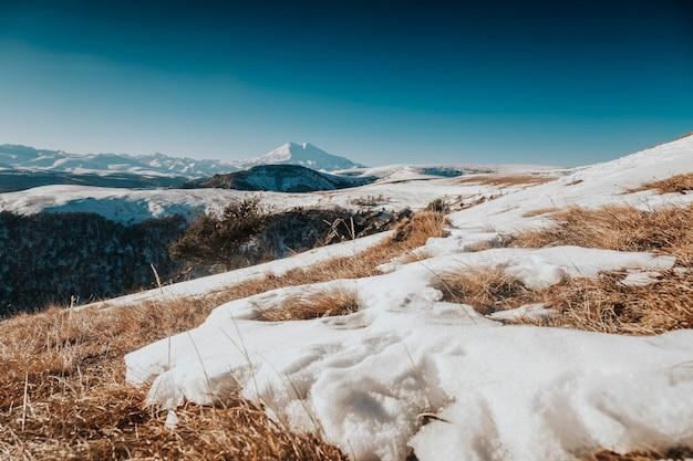 冬のエルブルス山の雪に覆われた山々。
