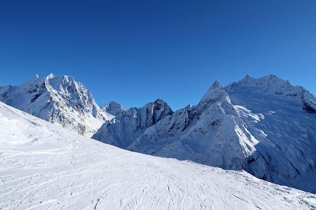 雪山の頂上と青い空コーカサス