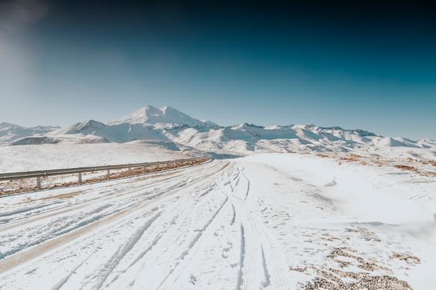 Снежные вершины эльбруса.