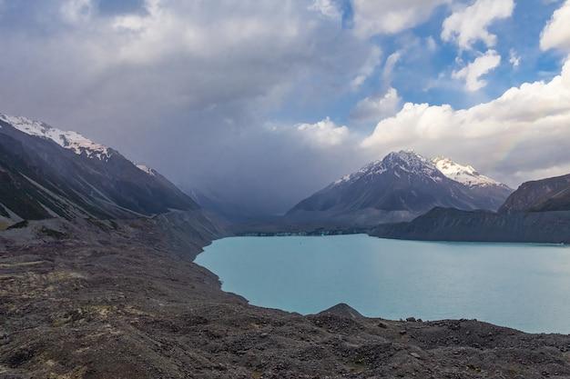 타즈 만 호수의 눈 덮인 봉우리 뉴질랜드 남섬